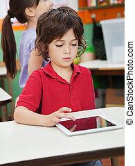 kleiner junge, gebrauchend, digital tablette, in, kindergarten
