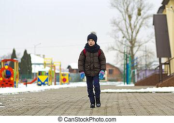 kleiner junge, gehen, in, der, park., kind, gehen, für, a, spaziergang, schule, mit, a, schulen sack, in, winter., kinder, aktivität, draußen, in, frisch, luft., gesunde, lebensweise, concept.