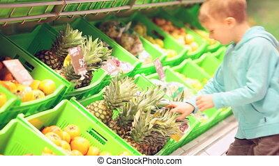 kleiner junge, mit, ananas