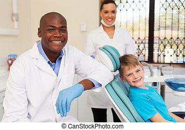 kleiner junge, mit, medizinische mannschaft, dental, klinik