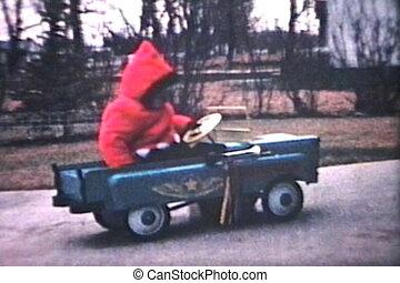 kleiner junge, reitet, auto, draußen, (1964)