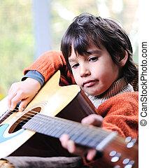 kleiner junge, spielende gitarre, hause
