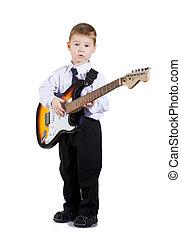 kleiner junge, spielende gitarre