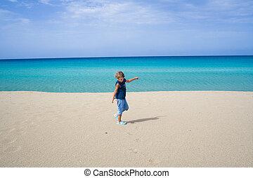 kleiner junge, spielende , und, tanzen, in, der, wasserlandschaft, auf, a, tropischer strand