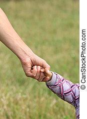 kleines kind, hält, elternteil, hand