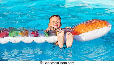 kleines kind, spielende , und, spaß haben, in, schwimmbad, mit, luft, mattress., kind, spielende , in, water., schwimmender, concept., junge, schwimmen, in, cluburlaub, teich, während, sommer