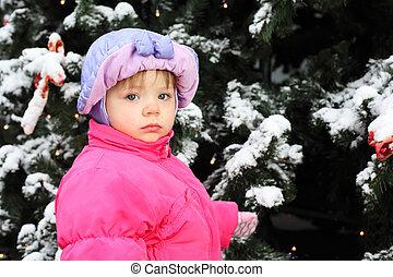 kleines mädchen, angezogene , rosa, jacke, steht, bei, grüner baum, mit, schnee