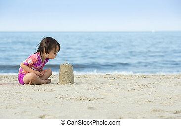 kleines mädchen, blasen, auf, kuchen, gemacht, mit, sand