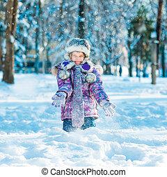 kleines mädchen, draußen, in, winter