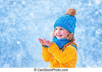 kleines mädchen, fangen, schnee bröckelt