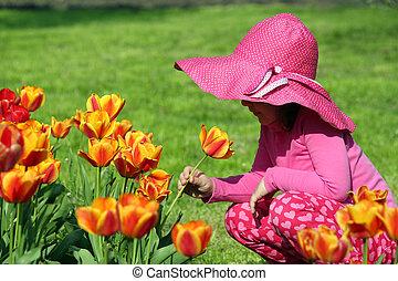 kleines mädchen, geruch, tulpenblüte, blume, springen szene