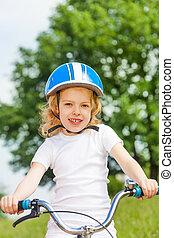 kleines mädchen, in, a, weißes hemd, mit, fahrrad