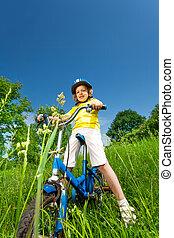 kleines mädchen, in, gelbes hemd, fahrrad