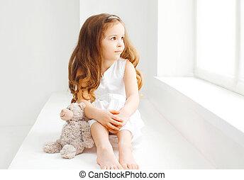 kleines mädchen, kind teddy bär, sitzen, hause, in, weißes zimmer, aussehen, mit, hoffnung, in, der, fenster