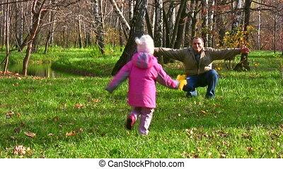 kleines mädchen, laufen, zu, älter, in, herbst, park