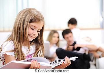 kleines mädchen, lesende , in, daheim, innen, mit, glückliche familie