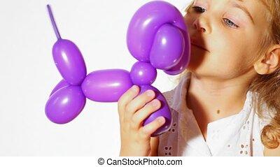 kleines mädchen, mit, balloon, hund, weißer hintergrund