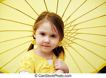 kleines mädchen, mit, gelber , sonnenschirm