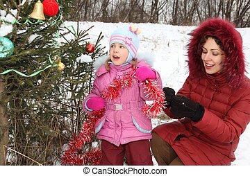 kleines mädchen, mit, sie, mutter, tragen, winterjacke, gleichfalls, dekorieren, christmass, baum.