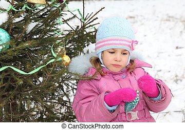 kleines mädchen, mit, weihnachts-baum, dekoration, in, sie, hände, gleichfalls, stehende , bei, weihnachten, drei