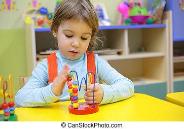 kleines mädchen, spiele, in, kindergarten