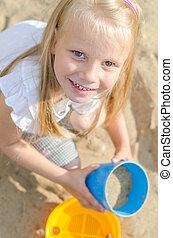 kleines mädchen, spielen spielzeugen, in, sandkasten