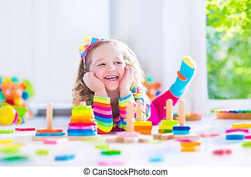 kleines mädchen, spielende , mit, hölzerne spielzeuge
