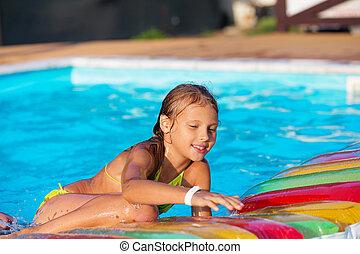 kleines mädchen, spielende , und, spaß haben, in, schwimmbad, mit, luft, mattress., kind, spielende , in, water., schwimmender, concept., m�dchen, schwimmen, in, cluburlaub, teich, während, sommer