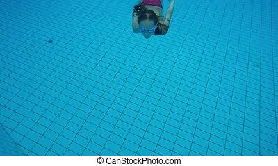 kleines mädchen, tauchen, in, schwimmbad, und, schwimmender,...