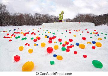 kleines mädchen, tragen, grüne jacke, spielende , mit, gefärbt, kugeln, an, winter;, fokus, auf, kugeln