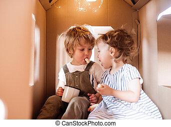kleinkind, haus, zwei, eating., innen, pappe, spielende kinder, daheim