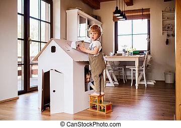 kleinkind, haus, zwei, spielende , papier, innen, karton, home., kinder