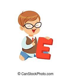 kleinkind, junge, machen, vortrag halten , spiel, übungen, auf, brief, e., lernen, durch, fun., vortrag halten , und, sprache, entwicklung, begriff