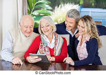 kleinkinderen, kijken naar, grootouders, gebruik, digitaal tablet