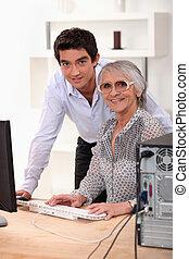 kleinzoon, het verklaren, om te, zijn, grootmoeder, hoe, om te, gebruiken, een, computer