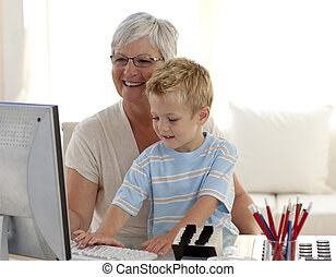 kleinzoon, leren, hoe, gebruiken, een, computer, met, zijn, grootmoeder