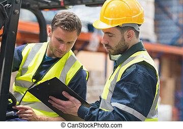 klesten, geconcentreerde, werkmannen , samen, magazijn