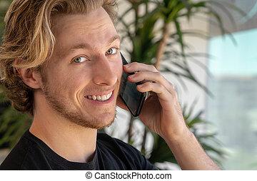 klesten, mobiele telefoon, terwijl, glimlachende mens