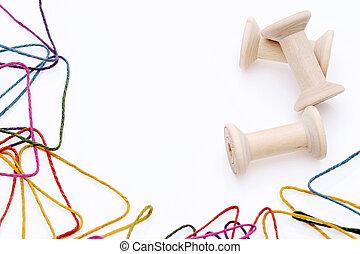 kleurrijke, draden, en, houten, spoel