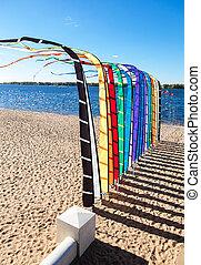kleurrijke, feestelijk, zonnig, vlaggen, rivier, dag, bank