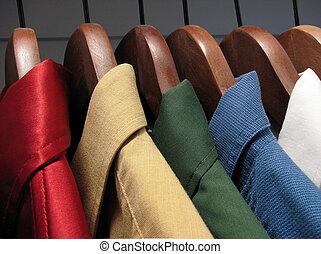 kleurrijke, overhemden, op, houten, hangers