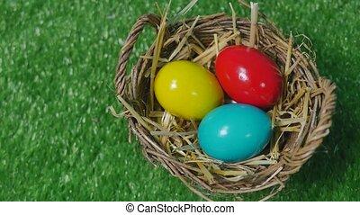kleurrijke, paaseitjes, in, nest, op, weide