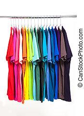 kleurrijke, t-shirt, met, hangers, vrijstaand, op wit