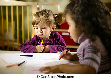 kleuters, twee kinderen, kleuterschool, plezier, tekening