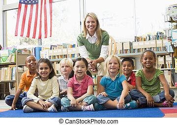kleuterschool, kinderen, leraar, bibliotheek, zittende