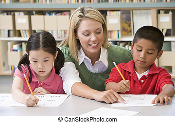 kleuterschool, leraar, portie, scholieren, met, schrijvende...