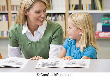 kleuterschool, leraar, portie, student, met, lezende ,...