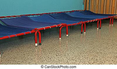 kleuterschool, slaapzaal, kleine, bedden, kinderen