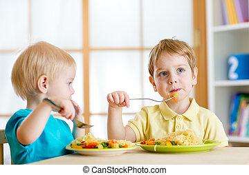 kleuterschool, thuis, kinderen te eten, of