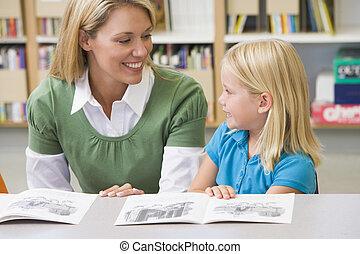 kleuterschool, vaardigheden, portie, student lezen, leraar